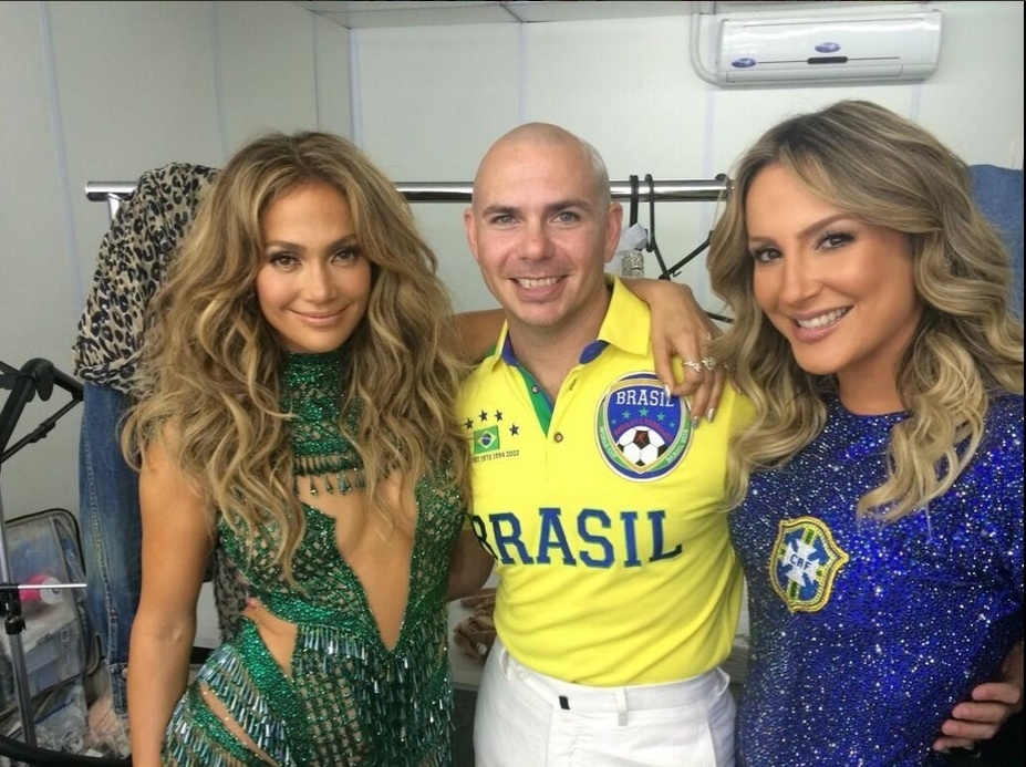 """12.jun.2014 - Pitbull posa ao lado de Jennifer Lopez e Claudia Leitte antes da abertura da Copa, na Arena Corinthians em São Paulo. """"Somos um"""", escreveu o músico na legenda da imagem"""