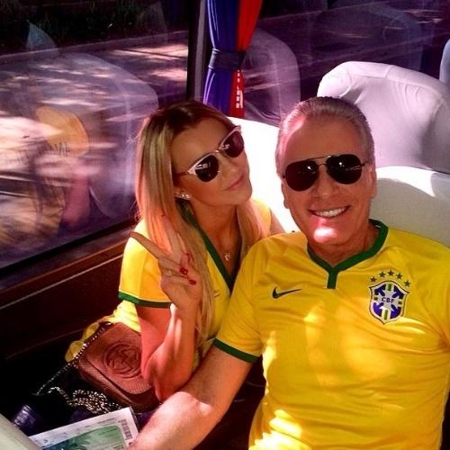 12.jun.2014 - Roberto Justus e a namorada vão para o estádio assistir ao primeiro jogo do Brasil