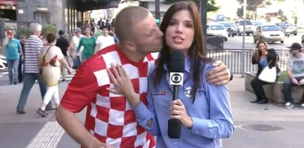 Repórter da Globo é surpreendida com beijo de torcedor croata