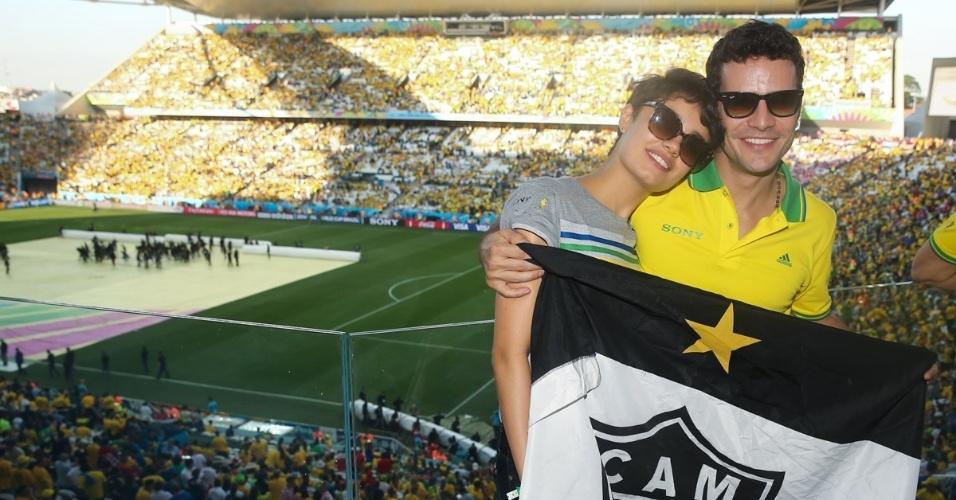 12.jun.2014 - Sophie Charlotte e Daniel Oliveira posam com bandeira do time Atlético Mineiro em camarote na Arena Corinthians, em São Paulo, durante a abertura da Copa do Mundo
