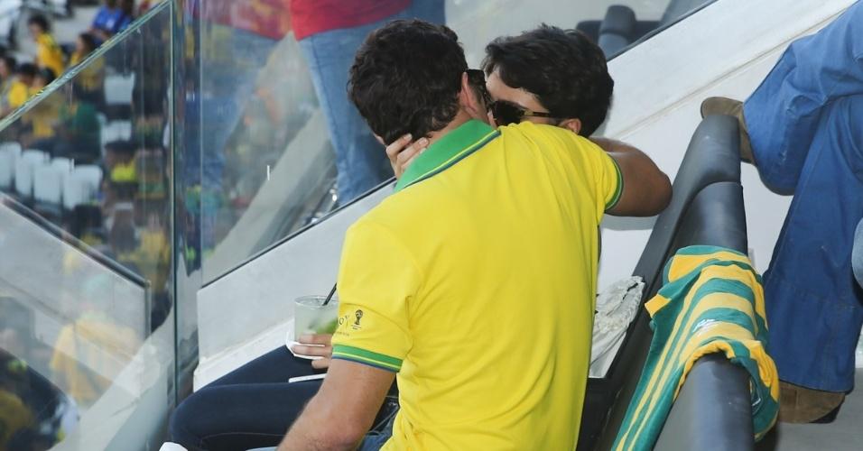 12.jun.2014 - Sophie Charlotte e Daniel Oliveira trocam beijos em camarote na Arena Corinthians, em São Paulo, durante a abertura da Copa do Mundo