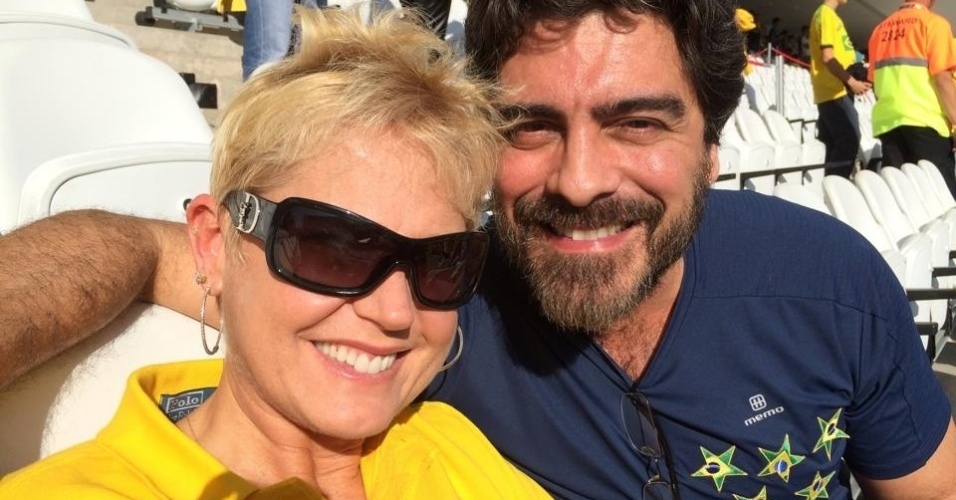 12.jun.2014 - Xuxa postou foto ao lado do namorado Junno na Arena Corinthians, em São Paulo, para assistir à abertura da Copa e ao jogo de estreia da Seleção contra a Croácia