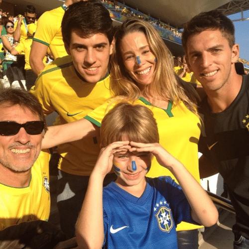 """Danielle Winits aproveita a estreia do Brasil na Copa com o filho, Noah, e o namorado, Amaury Nunes. """"Itaquerãooo ! Vamo Brasilllll"""", falou o namorado da atriz no Instagram"""