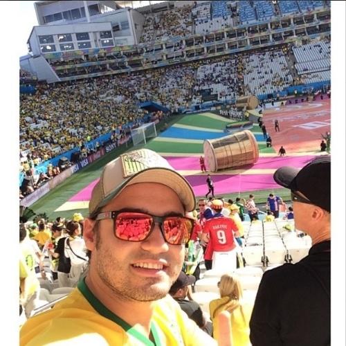 """Fernando, que faz dupla sertaneja com Sorocaba, postou foto bem próximo ao campo já preparado para a abertura da Copa do Mundo. """"Agora vai..."""", escreveu na legenda de sua foto selfie"""