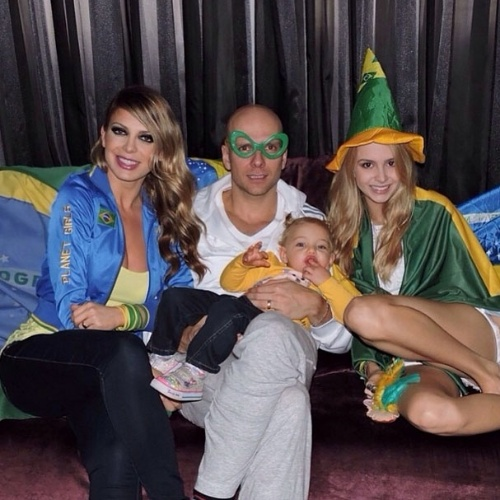 """Sheila Mello mostrou foto com o marido, Fernando Sherer, e a filha, Brenda, na torcida pelo Brasil no jogo contra a Croácia na Copa. """"Vai Brasil"""", disse a ex-dançarina do É o Tchan no Instagram"""