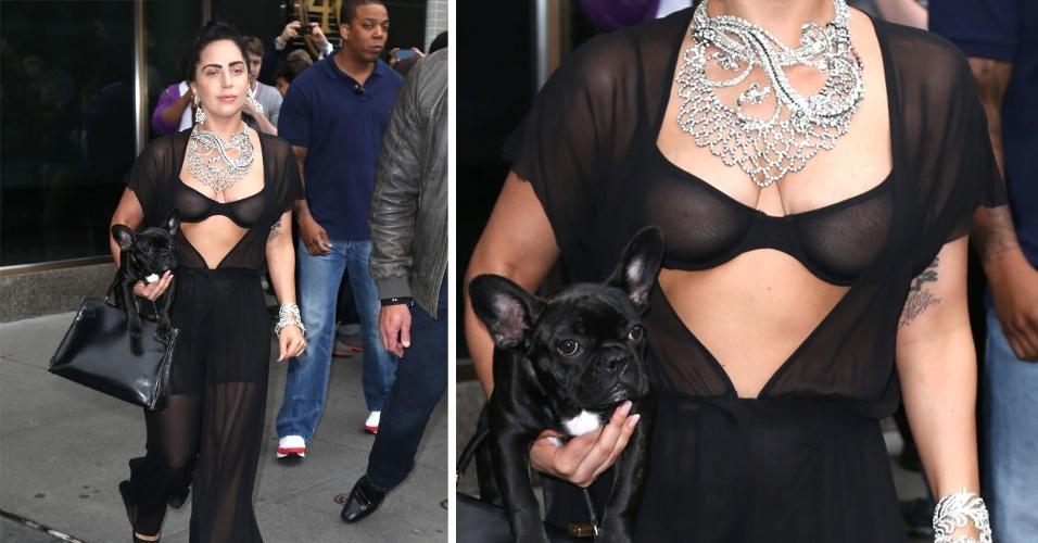 12.jun.2014 - Lady Gaga ousou ao desfilar pelas ruas de Nova York vestindo um figurino todo transparente, inclusive o sutiã que estava à mostra. Com uma bolsa e um cachorrinha à tira colo, ela também usava um maxicolar para combinar com o figurino