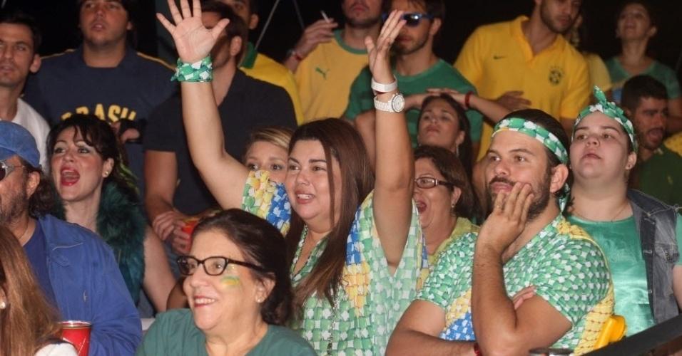 12.jun.2014- Fabiana Karla assiste ao jogo do Brasil contra a Croácia ao lado do marido, Bruno