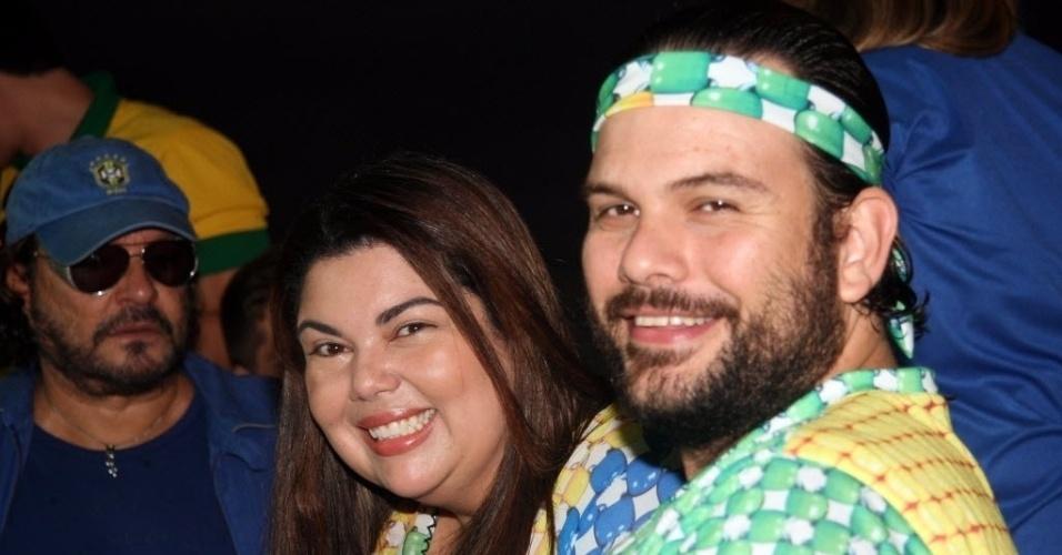 12.jun.2014-  Fabiana Karla e o marido, Bruno Muniz, na torcida pelo Brasil em festa no Morro da Urca, no Rio de Janeiro