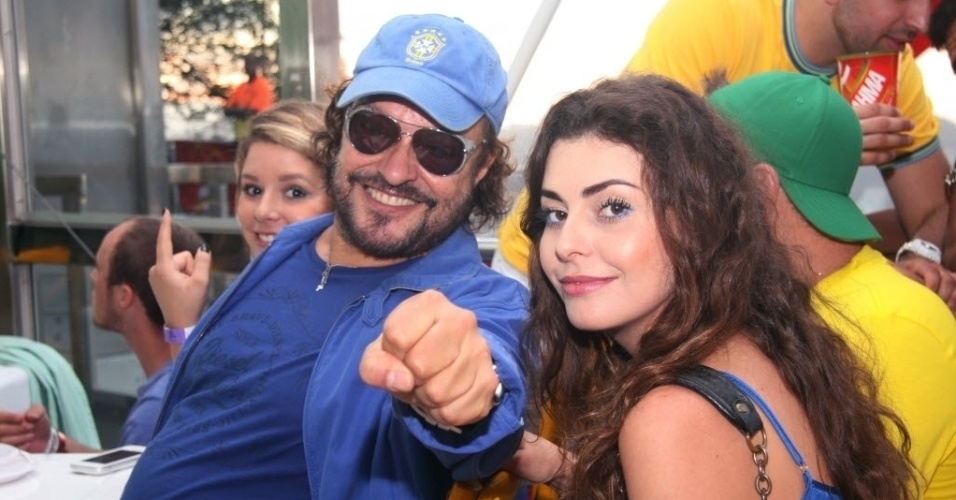 12.jun.2014- Wolf Maya assiste ao jogo de estreia do Brasil na Copa contra a Croácia com a filha Manu Maya (ao fundo) e a namorada, Renata Bom Jesus (à direita)