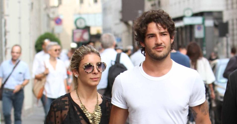 13.jun.2014 - Alexandre Pato é fotografado com a namorada Sophia Mattar em passeio romântico em Milão