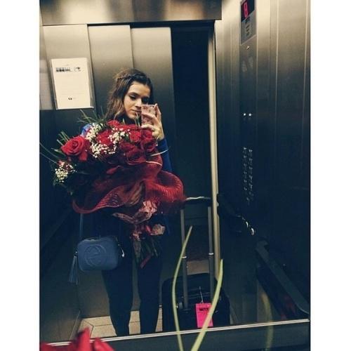 13.jun.2014 - Bruna Marquezine posta foto com buquê de rosas vermelhas