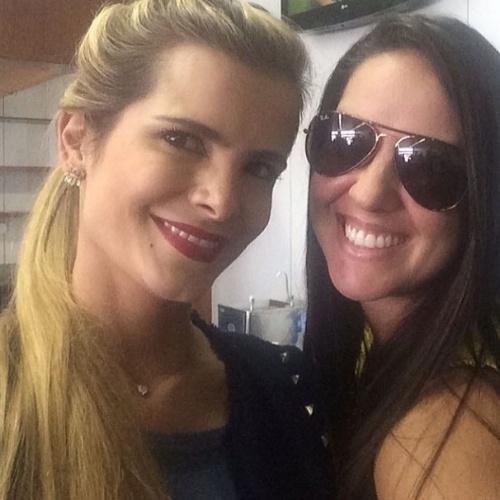 13.jun.2014 - Graciele Lacerda, namorada de Zezé posta foto ao lado de Flávia Camargo, mulher do cantor Luciano.