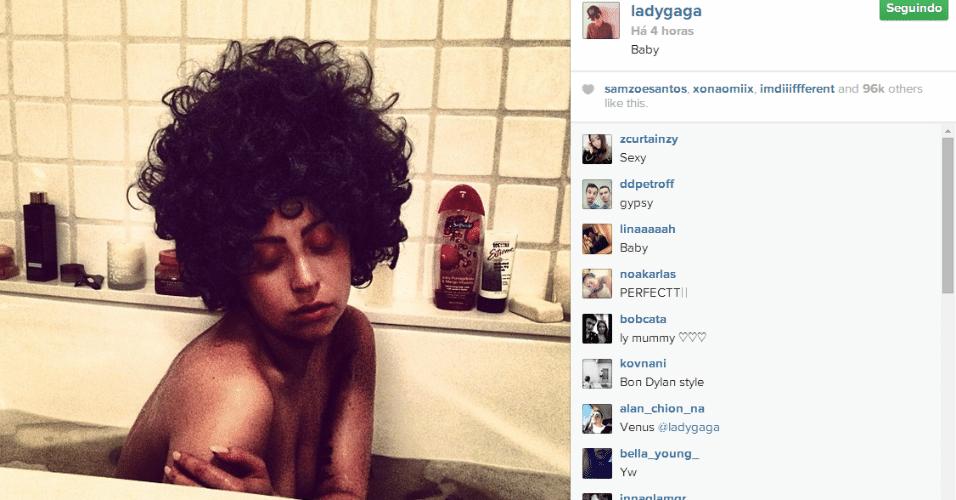 13.jun.2014 - Lady Gaga ousou e postou uma foto, no Instagram, nua tomando banho