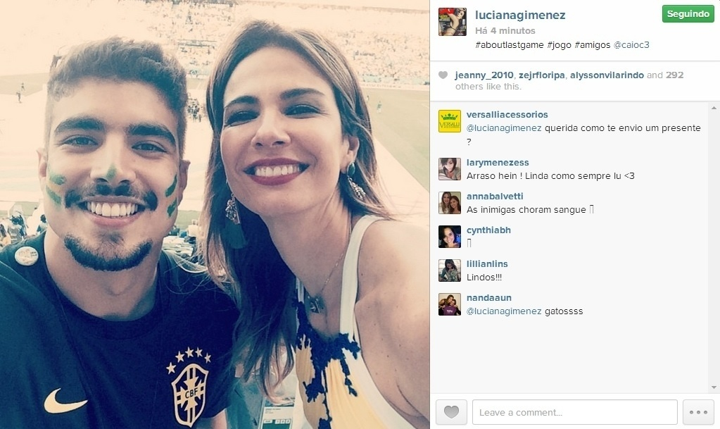 13.jun.2014 - Luciana Gimenez curtiu a partida de estreia do Brasil na Copa com o ator Caio Castro. No Itaquerão, a apresentadora registrou um selfie com o galã