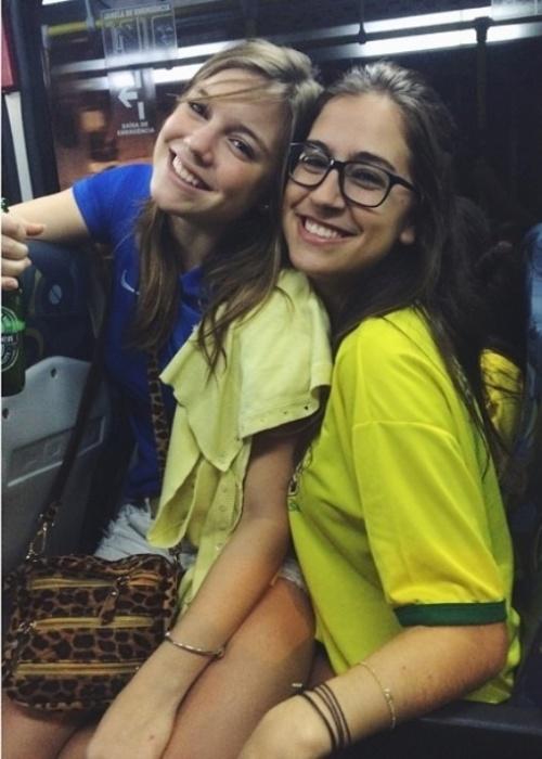 """13.jun.2014- Alice Wegmann tira uma foto no colo de uma amiga dentro de um ônibus: """"Selfie sem ser selfie no busão #tatendocopa"""", escreveu a atriz da Globo, que está no elenco da próxima novela das seis """"Boogie Oogie"""", de Rui Vilhena"""