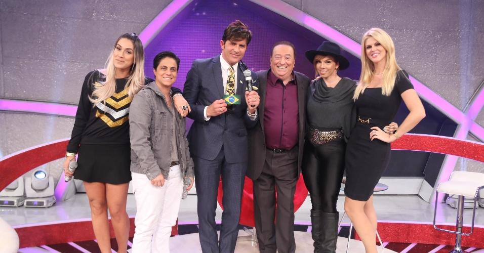 14.jun.2014 - Da esquerda para a direita, Dani Bolina, Thammy Miranda, Dr. Rey, Raul Gil, Penélope Nova e Val Marchiori