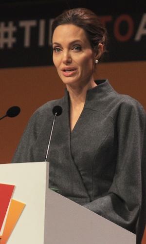 Angelina Jolie participa de um evento que discute a violência sexual contra as mulheres