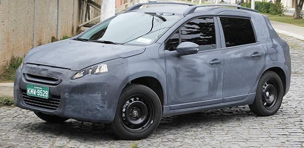 Com envelopamento, Peugeot 2008 é flagrado nas ruas de Resende (RJ)