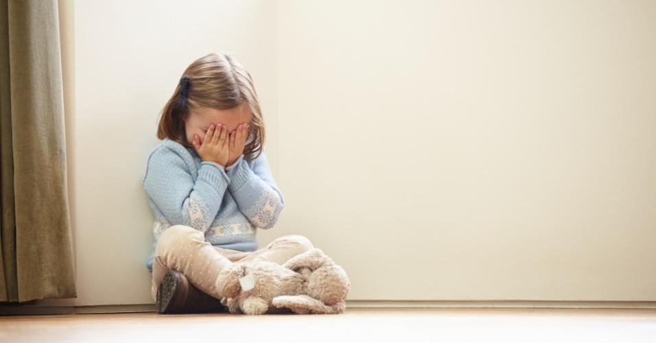 criança triste, menina chorando, lei da palmada