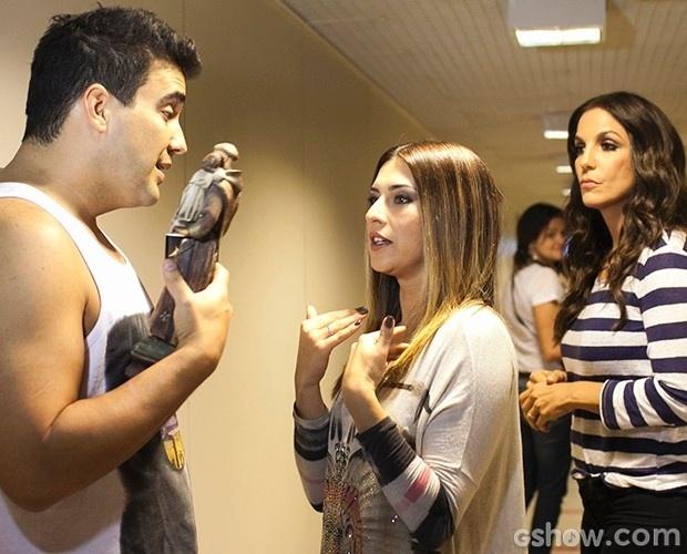 Ivete Sangalo observa a brincadeira de André Marques com a atriz Fernanda Paes Leme