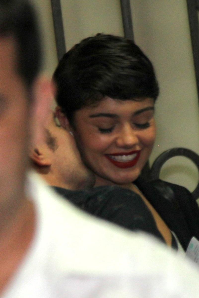 13.jun.2014 - Daniel de Oliveira dá beijinho no pescoço de Sophie Charlotte na estreia do espetáculo