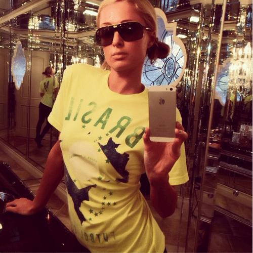 """13.jun.2014 - Paris Hilton veste uma camiseta verde e amarela para torcer pelo Brasil no Mundial. """"Brasil está arrasando na Copa do Mundo"""", escreveu ela no Instagram"""