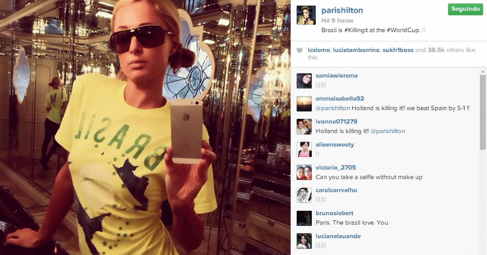 13.jun.2014 - Paris Hilton veste uma camiseta verde e amarela para torcer pelo Brasil no Mundial.