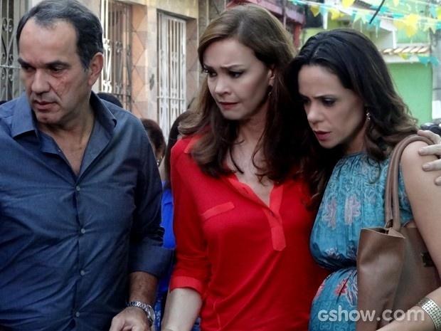 Virgílio consegue sair da comunidade com Helena e Juliana