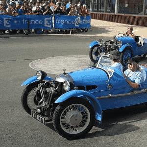 Triciclo antigo em desfile das 24 Horas de Le Mans - Leonardo Felix/UOL