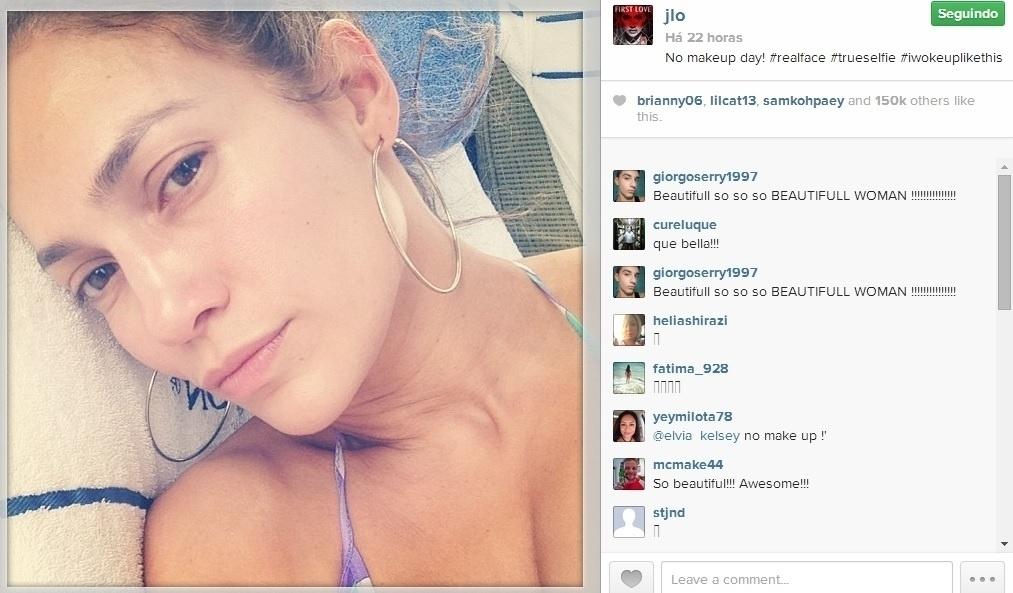 Jennifer Lopez apareceu totalmente sem maquiagem ao curtir sua folga à beira da piscina
