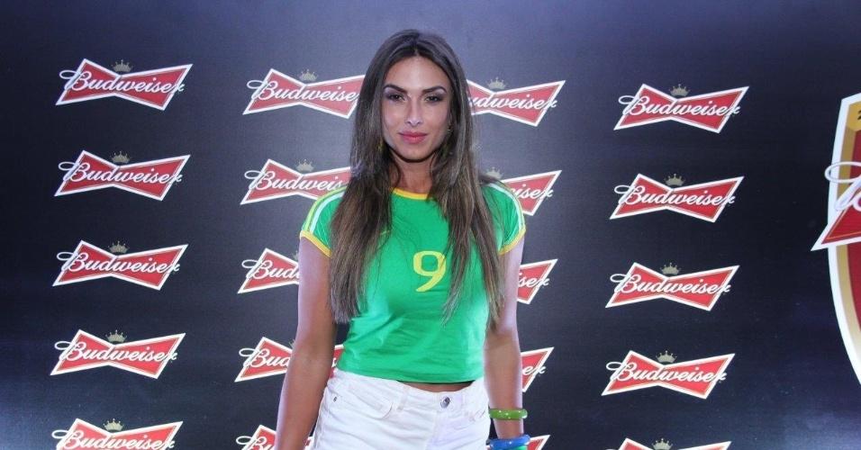"""17.jun.2014 - A apresentadora do """"Pânico"""", Nicole Bahls acompanha o jogo entre Brasil e México no Rio de Janeiro"""