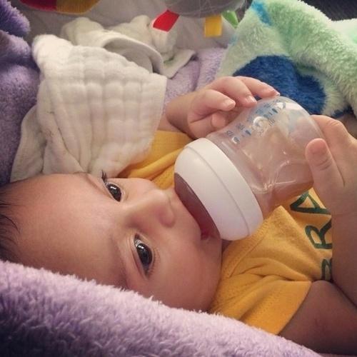 17.jun.2014 - A ex-BBB Jaque Khury veste o filho Gael, de apenas seis meses, com a camisa do Brasil