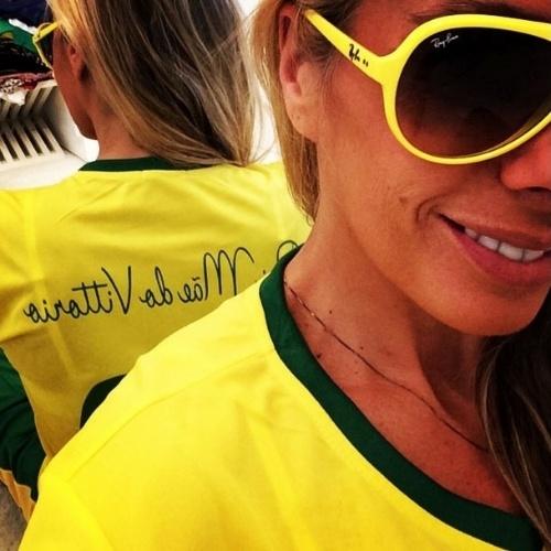 """17.jun.2014 - Adriane Galisteu mostra camiseta do Brasil.  """"Look da copa... Mãe do Vittorio kkkk adorei... #vamospracima #vaibrasil #copadomundo2014"""", escreveu"""