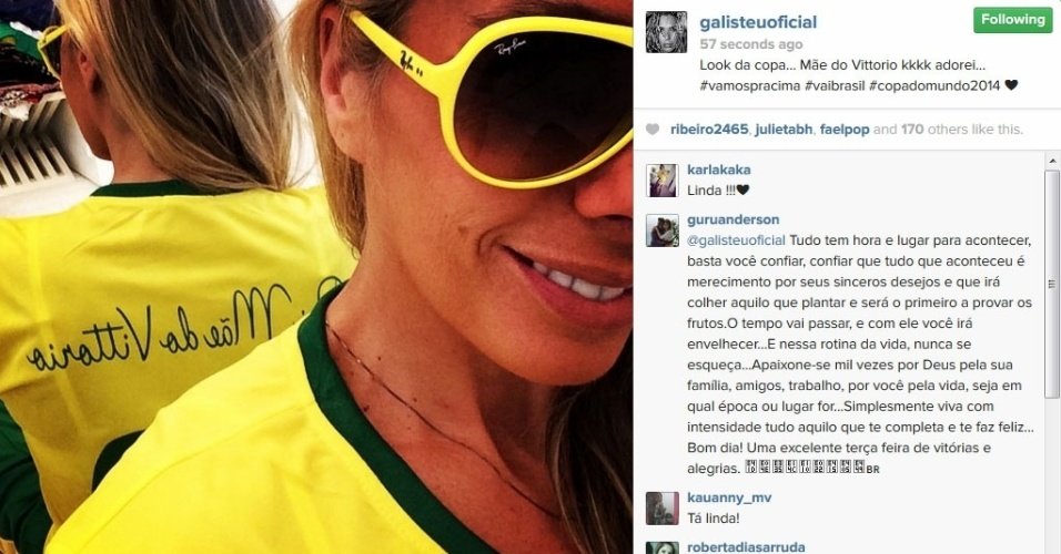17.jun.2014 - Adriane Galisteu mostra camiseta do Brasil.