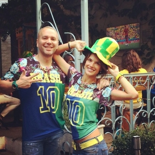 """17.jun.2014 - Alessandra Ambrosio torce para o Brasil ao lado do amigo Matheus Mazzafera. """"Vai Brasil !! Torcendo pelo nosso amado país nas ruas de #SaoPaulo"""", escreveu a modelo"""