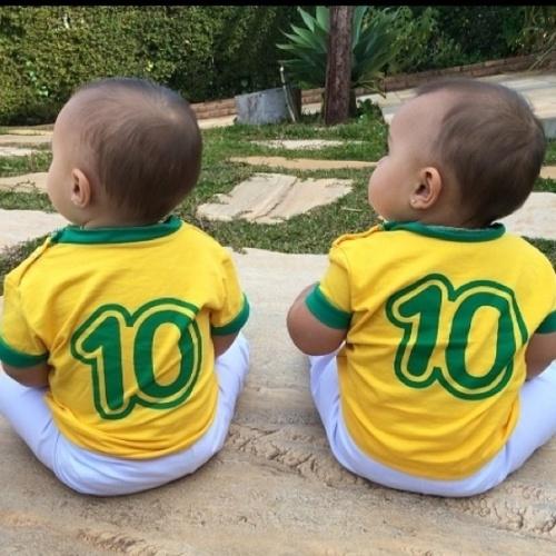 """17.jun.2014 - As gêmeas de Natália Guimarães e o cantor Leandro, do KLB, torcem pelo Neymar e a Seleção ao vestirem a camisa da Seleção. """"Mamá e Kiki já estão na torcida!!! Boa sorte Brasil!!"""", afirmou"""