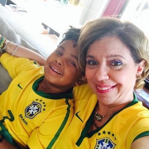 """17.jun.2014 - Astrid Fontenelle se emociona ao lado do filho Gabriel durante o hino do Brasil antes da partida contra o México. """"Chora BRASIL !!! É muita energia!!!! #copa2014"""", disse a apresentadora"""