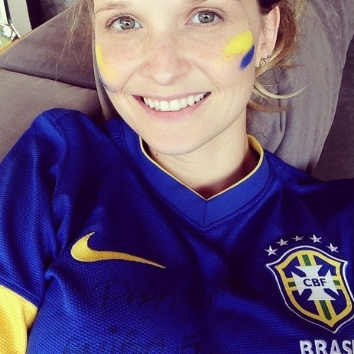 17.jun.2014 - Com o rosto pintado de azul e amarelo, Fernanda Rodrigues está na torcida pela Seleção Brasileira