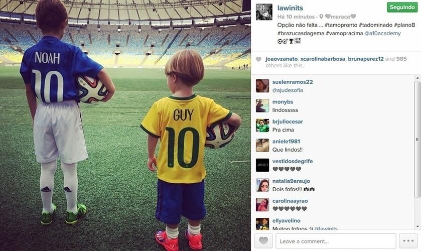 17.jun.2014 - Danielle Winits mostra foto dos filhos Noah e Guy no estádio do Maracanã, com camisas da Seleção brasileira personalizada com seus nomes.