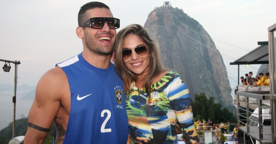 17.jun.2014 - Ex-BBBs Yuri e Anamara acompanham partida entre Brasil e México no Morro da Urca, no Rio de Janeiro
