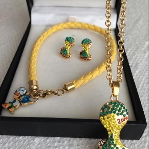"""17.jun.2014 - Fátima Bernardes mostrou os seus novos amuletos da sorte na torcida a favor do Brasil durante a Copa. """"Novos amuletos"""", disse a apresentadora, que exibiu uma corrente e brincos com pingentes da taça e do mascote do Mundial no Brasil"""