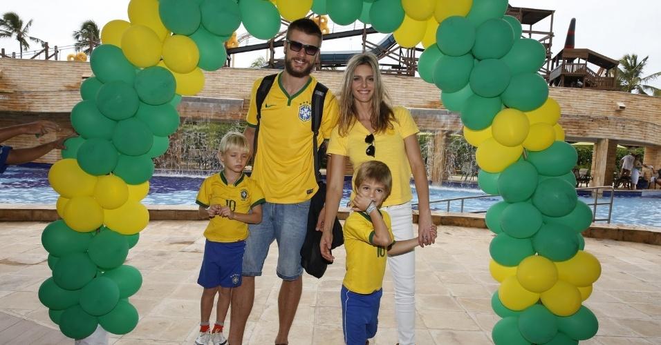 17.jun.2014 - Fernanda Lima está em Fortaleza com o marido Rodrigo Hilbert e os filhos para assistir ao jogo do Brasil