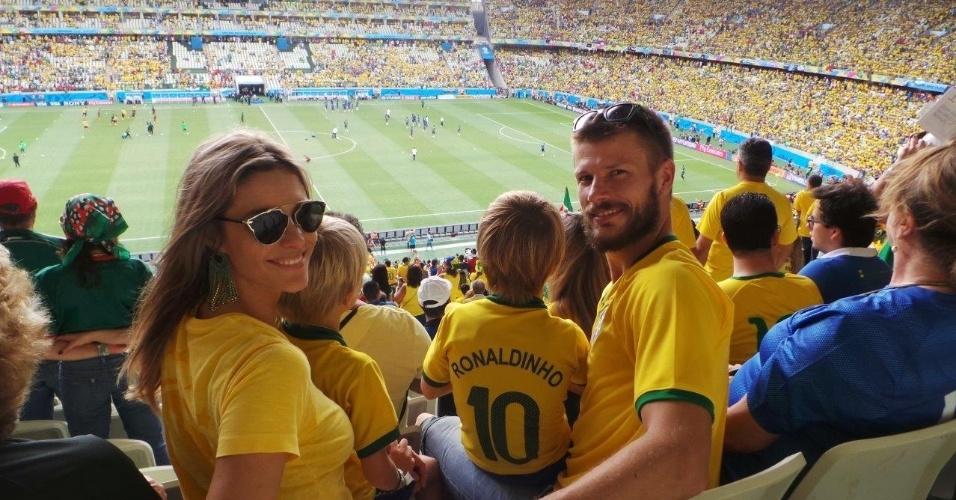 17.jun.2014 - Fernanda Lima, Rodrigo Hilbert e os filhos assitem ao jogo do Brasil na Arena Castelão, em Fortaleza