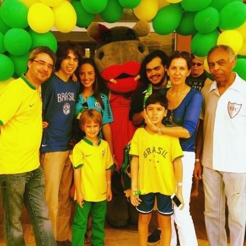 17.jun.2014 - Flora Gil posta foto com a família em clima de Copa, em Fortaleza