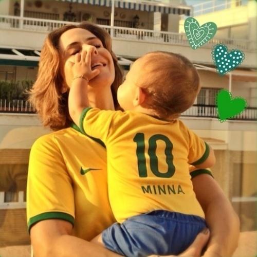 17.jun.2014 - Guilhermina Guinle curte sua primeira Copa do Mundo com a filha Minna e veste a herdeira com a camisa 10 da Seleção