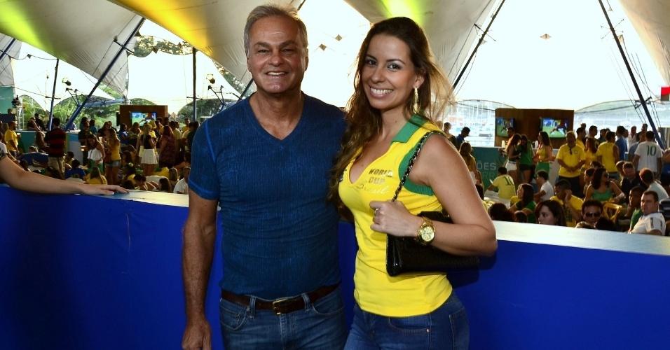 17.jun.2014 - Kadu Moliterno acompanha jogo do Brasil e México com amiga. O ator está solteiro desde o fim do namoro com Brisa Ramos, que o acusou de agressão