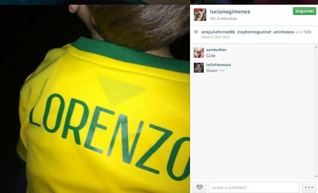 17.jun.2014 - Luciana Gimenez veste o filho Lorenzo com uma camisa customizada com o nome do menino.