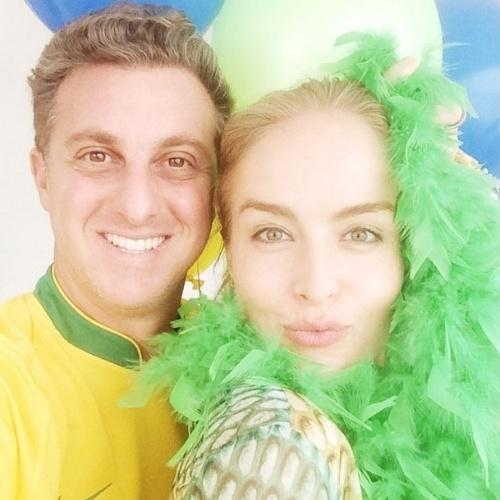 """17.jun.2014 - Luciano Huck e Angélica fazem selfie em dia de jogo. """"Vamos tudo! Plumas e paetês na nossa torcida organizada! #nervoso #ansioso #porr@ #copa2014"""", escreveu"""