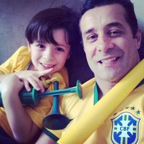 """17.jun.2014 - Marcos Oliver e o filho se preparam para vibrar pela Seleção com as vuvuzelas em mãos: """"Já estamos prontos pra gritar golllllllllll e fazer bastante barulho com as nossas #cornetas #vuvuzelas""""."""