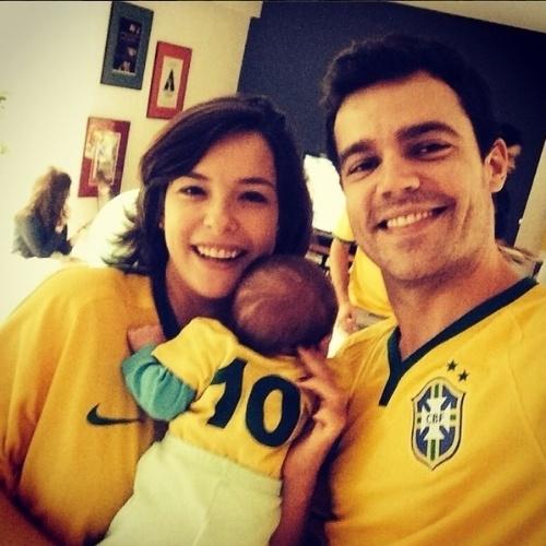 """17.jun.2014 - Regiane Alves, que deu à luz seu primeiro filho em abril deste ano, mostra o pequeno Gabriel com a camisa 10 da Seleção, usada por Neymar. """"Minha primeira Copa"""", falou a mamãe famosa"""
